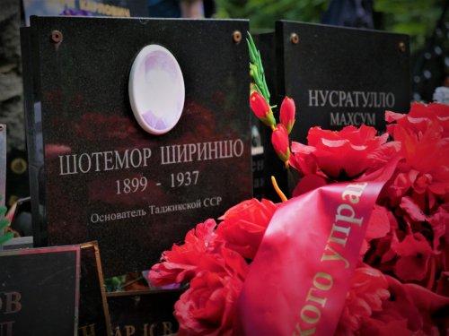 Наши соотечественники организовали субботник на Донском кладбище Москвы
